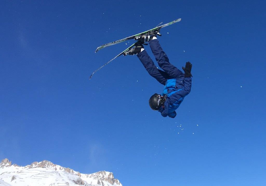 Skieer looping salto in de sneeuw