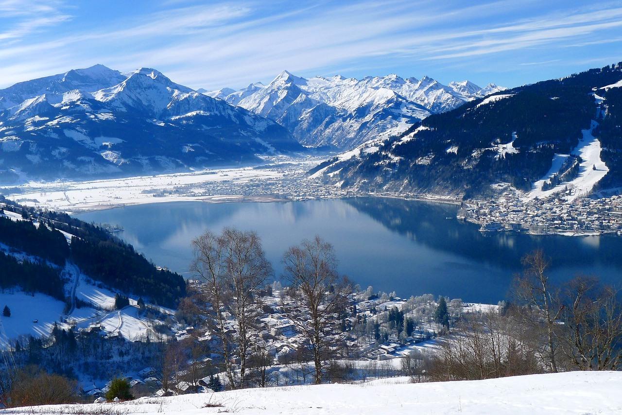 Uitzicht Zell am See Oostenrijk bergen met sneeuw