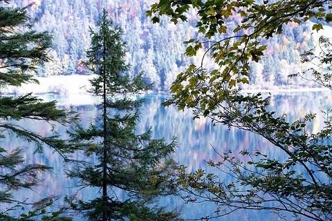 Uitzicht over meer in Ellmau Oostenrijk