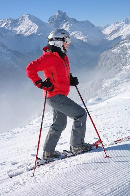 skier in de bergen met sneeuw