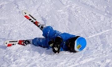 Skiles kind gevallen in de sneeuw