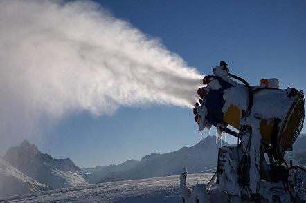 Sneeuwkanon op de piste met sneeuw