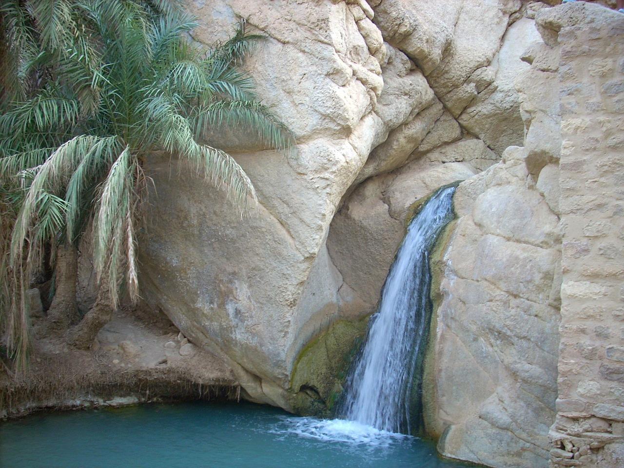 Tunesischer Felsen mit Wasserfall