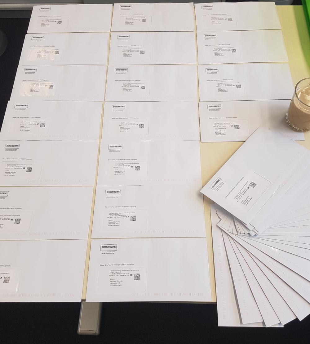 Schreibtisch mit sehr vielen Briefen des Servicecenters